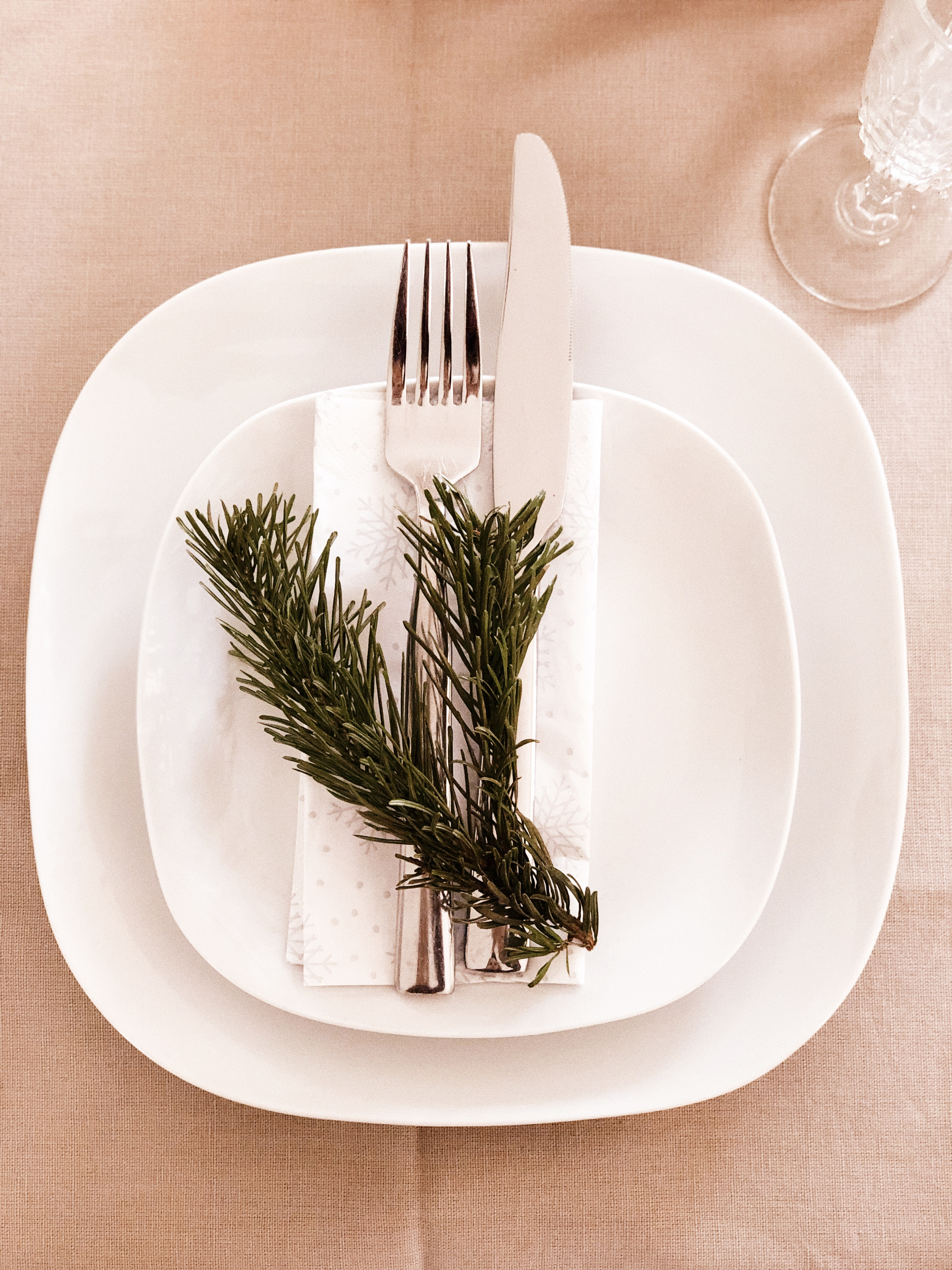 plates cutlery and fern decoration
